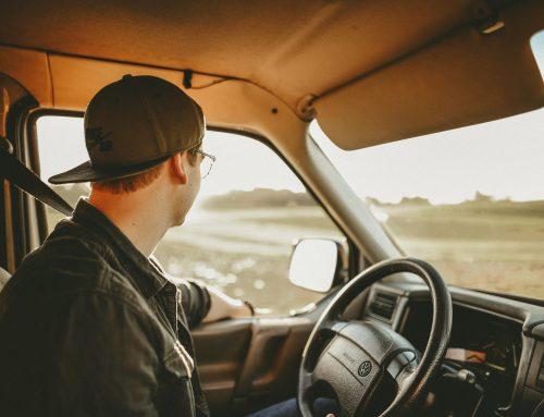 Spożywanie posiłku w trakcie jazdy samochodem – nie dla wszystkich. Kto nie może zjeść kanapki za kierownicą?