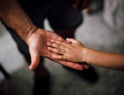 """Czy komornik może """"wejść"""" na pensję, jeżeli ojciec dziecka regularnie płaci alimenty?"""
